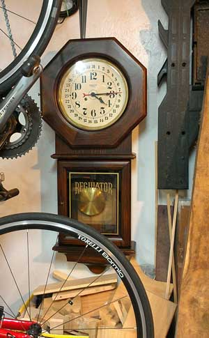 Rgulator style clock with mechanical movement