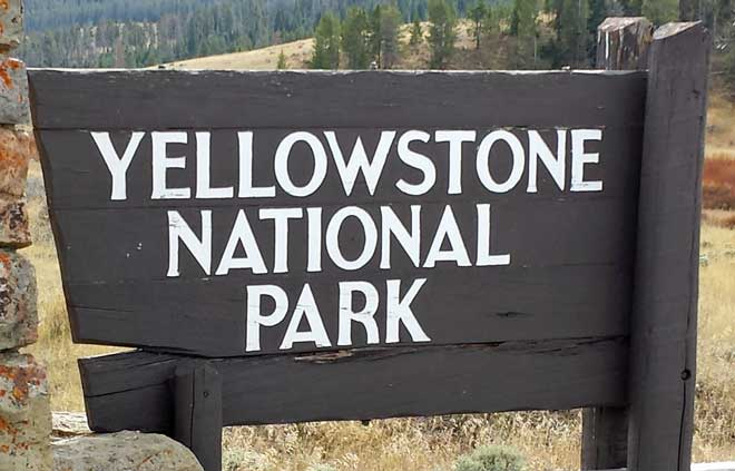 Yellowstone sign, Behind: Midway Geyser field