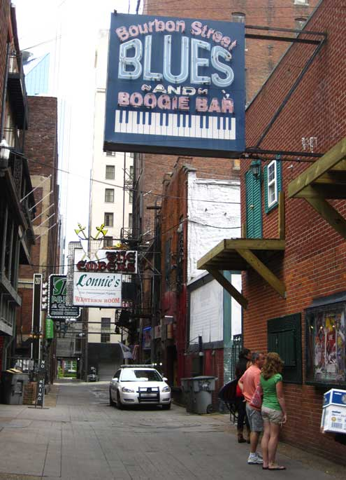 "Printers Alley; Behind: the ""Arcade"" both a location of speciality eating and entertainment"